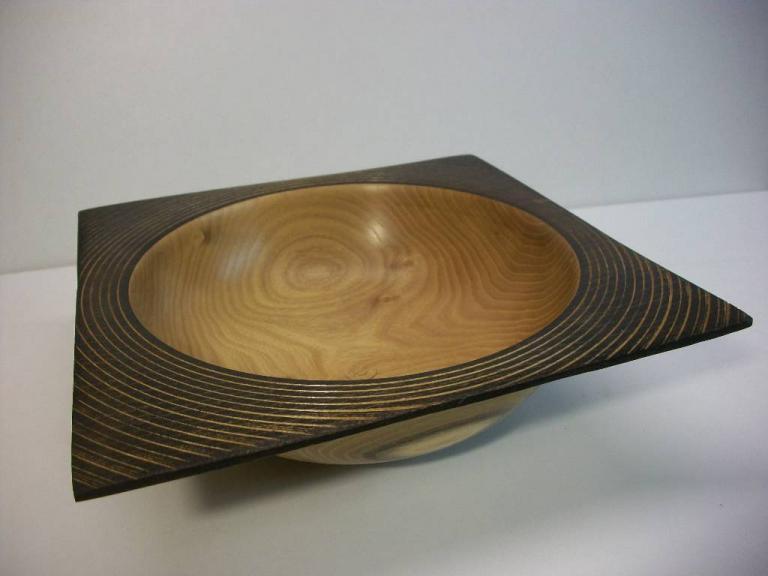 coupe en robinier , bord ébonisé texturé